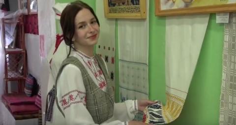 Молодой специалист, мастер по ткачеству в Сенненском Доме ремесел. Как работать на ткацком станке
